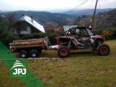 Polaris RZR und Forstanhänger Waldarbeiter