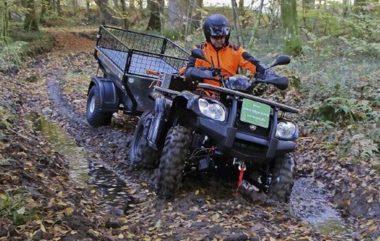 Dank der geringen Spurweite von ATV und Anhänger sind auch ausgefahrene Wege problemlos befahrbar. In schwierigem Gelände zieht das Goes-ATV mit Allradantrieb und kleiner Getriebeuntersetzung das Gespann auch aus tiefen Matschlöchern wieder heraus.